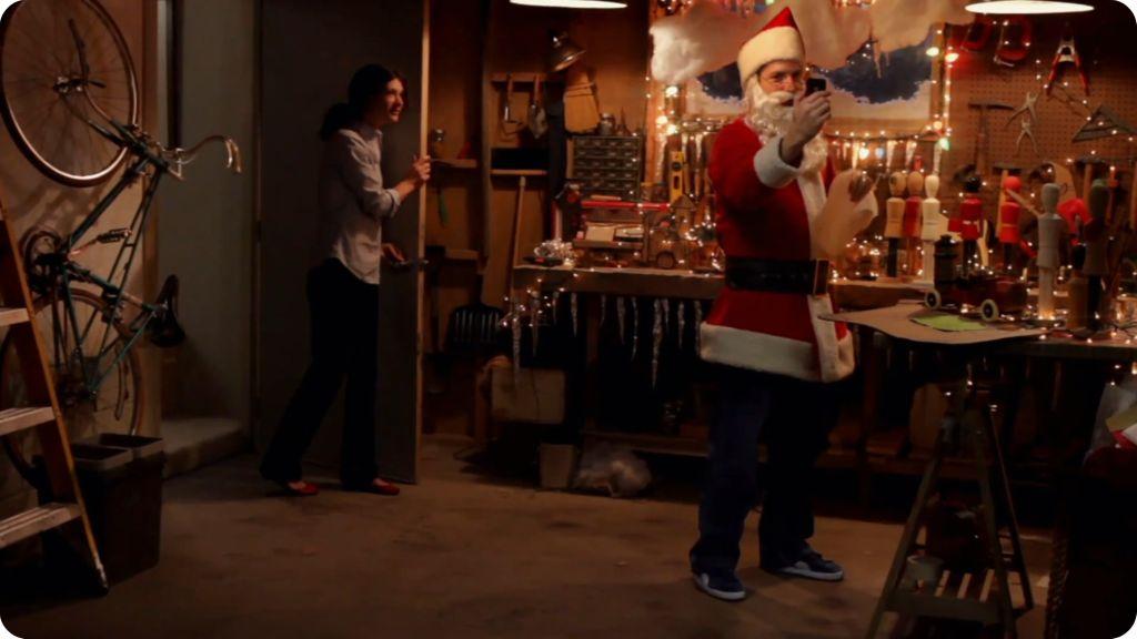 Nuovo spot pubblicitario per iPhone 4: con Face Time si può parlare anche con Babbo Natale.