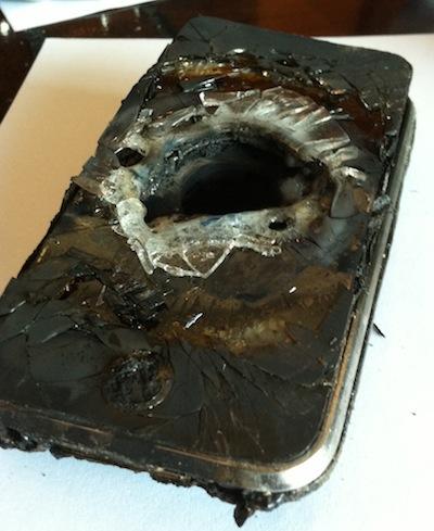 Un uomo odia così tanto AT&T che distrugge il suo iPhone