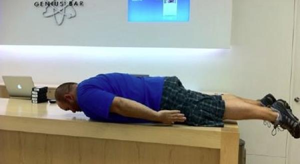 """Anche i dipendenti dell'Apple Store fanno """"Planking"""""""