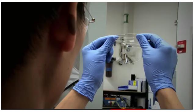 I ricercatori di Stanford creano una batteria trasparente per cambiare l'iPhone!
