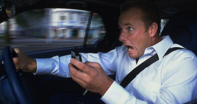 Uno studio mette in luce nuovi rischi connessi all'uso del cellulare alla guida