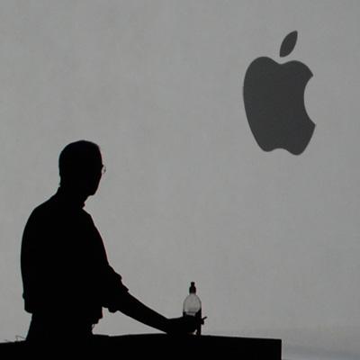 Al quartier generale di Apple è in corso la commemorazione di Steve Jobs, anche gli Stores di tutto il mondo si fermano per qualche ora