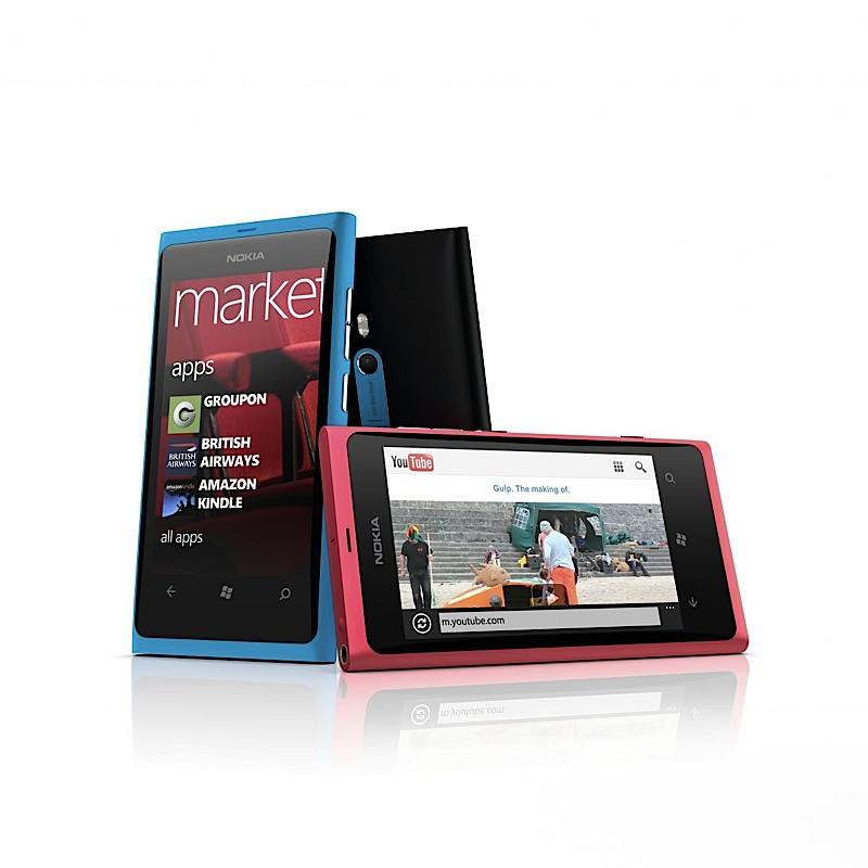 Nokia presenta il Lumia 800, il primo dell'azienda finlandese a montare Windows Phone