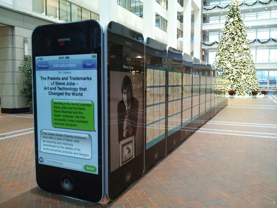 La mostra dedicata a Steve Jobs illustra 300 brevetti sui display di 30 iPhone giganti