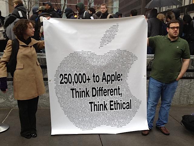 I gruppi di manifestanti scelgono il giorno del lancio dell'iPad per rivendicare migliori condizioni lavorative