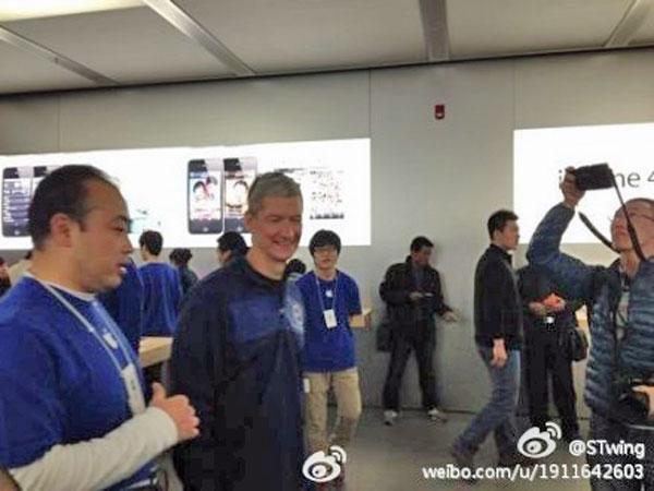 Tim Cook in visita all'Apple Store di Pechino posa con i fan della mela