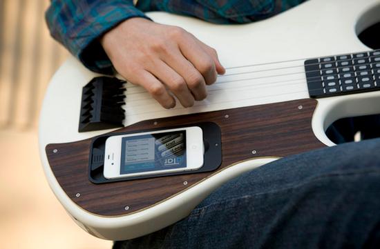 Un nuovo progetto su Kickstarter promette di rivoluzionare il modo di imparare a suonare la chitarra grazie all'iPhone