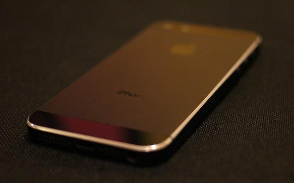L'iPhone 5 nero ha la cornice metallica graffiata? Ecco una bizzarra soluzione [Video]