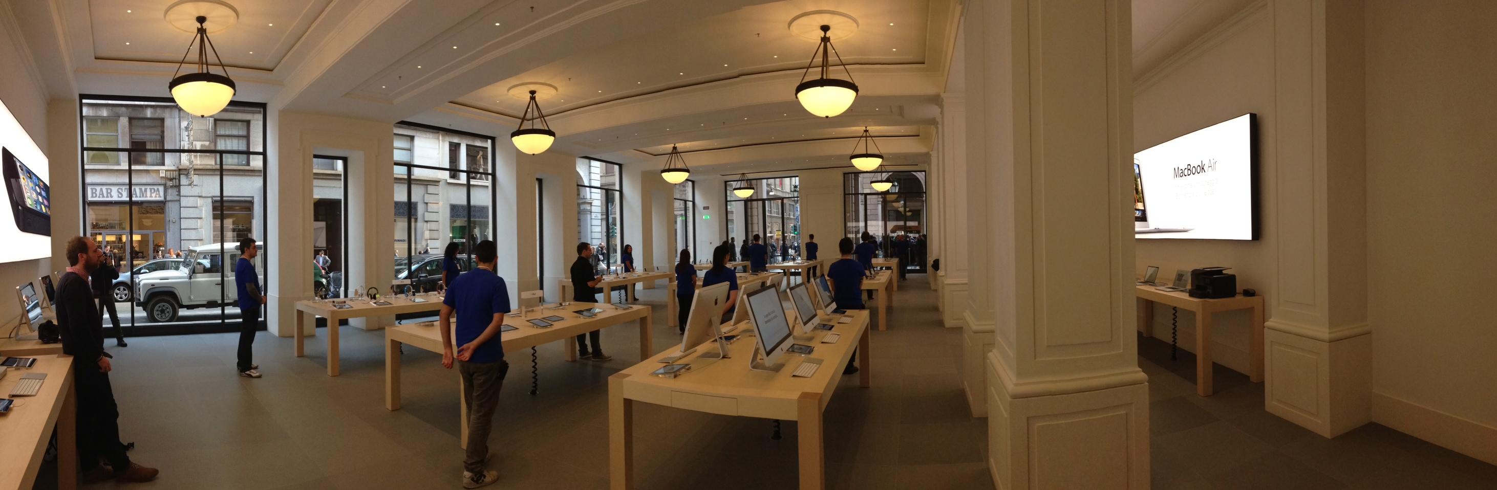 Svaligiato l'Apple Store di Torino in via Roma