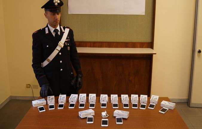 A Lodi due operai rubavano iPhone in azienda e li rivendevano a 350€