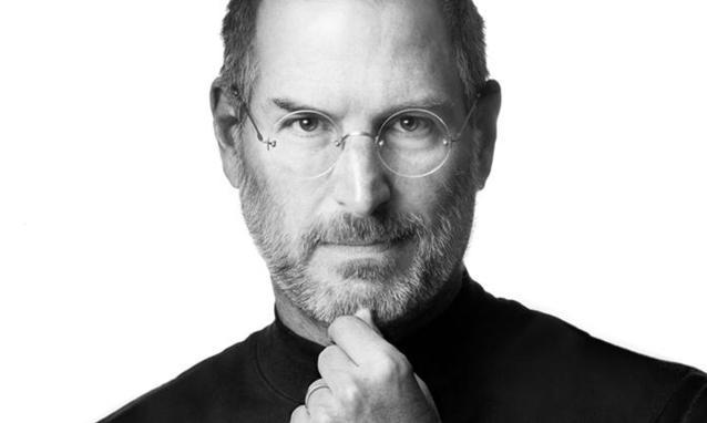 Un iPhone monumentale ricorda la memoria di Steve Jobs in Russia