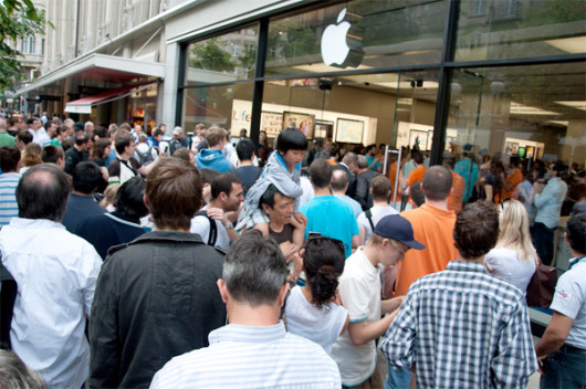 apple-store-crowd-2