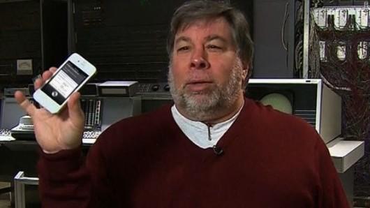 Steve-Wozniak-holds-white-iPhone-4S-Siri