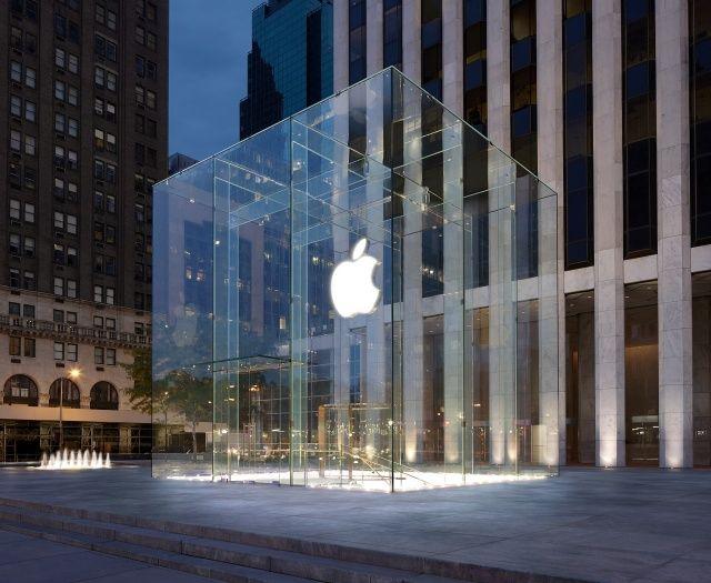 Perdite d'acqua dal tetto in vetro dell'Apple Store più famoso del mondo a New York