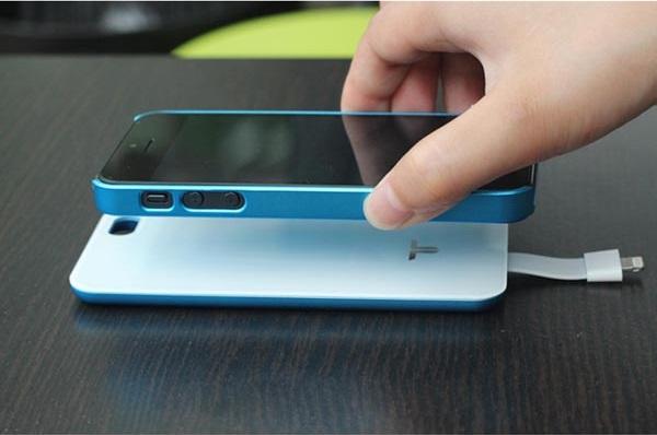 Da USBFever una batteria magnetica da 2.800mAh che si attacca al retro del nostro iPhone 5! [Video]