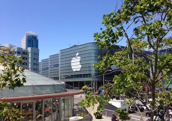 WWDC: Apple conclude i preparativi al Moscone Center! [Aggiornato con banner iOS 7 ed OS X]