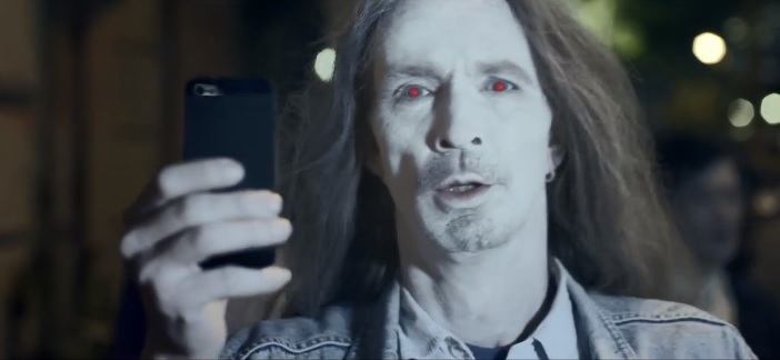 Avete un iPhone? Secondo l'ultimo spot Nokia siete solo degli zombie! [Video]