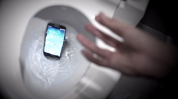 Samsung pubblicizza il suo Galaxy S4… gettandolo nel gabinetto! [Video]