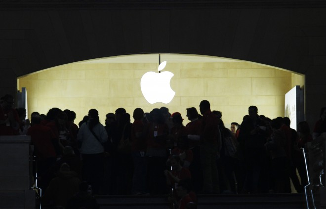 8912-persone-in-fila-davanti-a-un-nuovo-apple-store-in-new-york