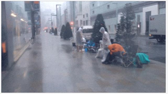 Giappone: tifone si abbatte sui clienti in coda che si rifugiano nell'Apple Store