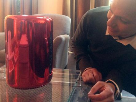 Tony Fadell, il papà dell' iPod, ci mostra il Mac Pro (RED) e le EarPods dorate