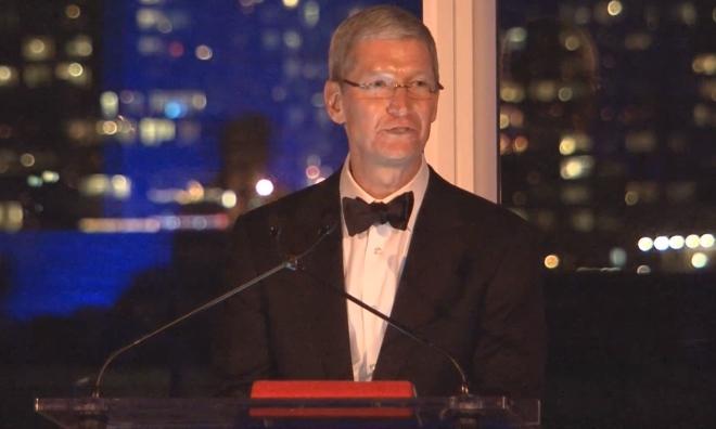 Tim Cook riceve il Lifetime Achievement Award ed esprime i principi della dignità umana nel suo discorso ad Auburn [Video]