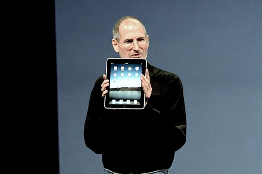 800px-Steve_Jobs_with_the_Apple_iPad_no_logo-530x353
