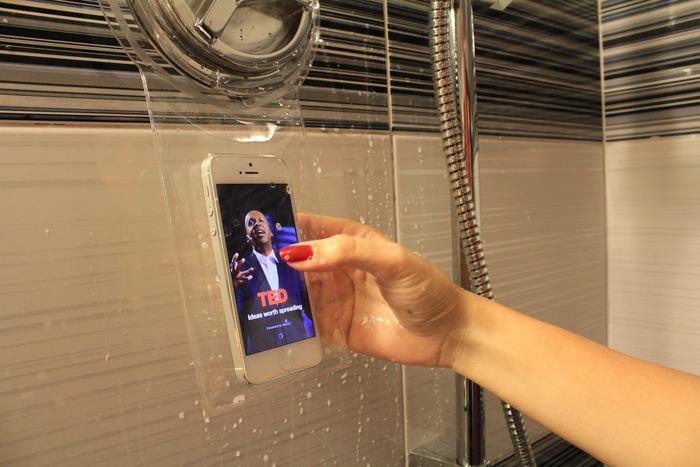 Smartphone-dipendenti? Ora potete usarlo anche sotto la doccia