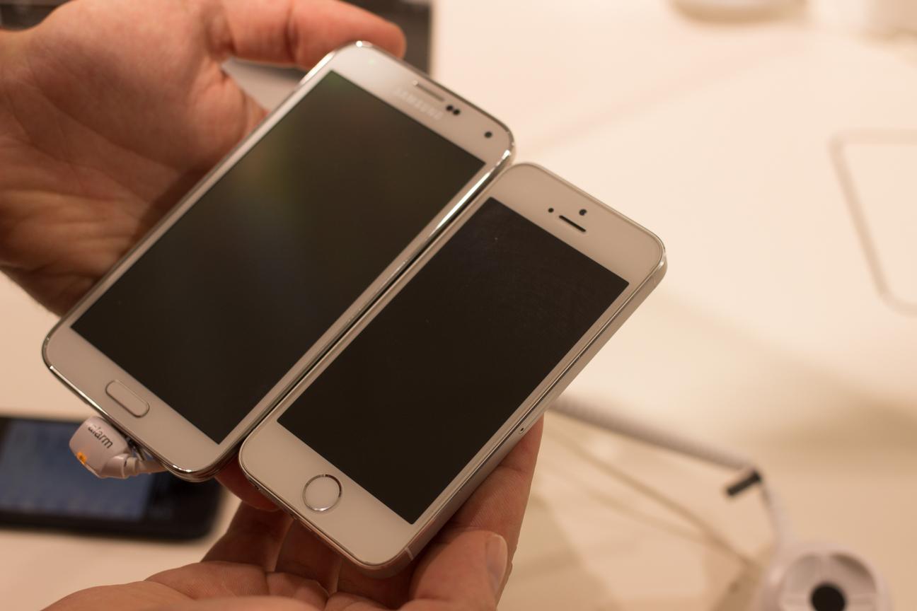 iPhone 5S vs Galaxy S5: iSpazio confronta le dimensioni dei due dispositivi [MWC 2014]