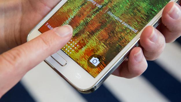 """Il lettore di impronte digitali del Samsung Galaxy S5 è già stato """"hackerato"""": a rischio gli account PayPal [Video]"""
