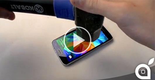 Cosa accade quando un Samsung Galaxy S5 affronta un martello e viene bollito in acqua? [Video]