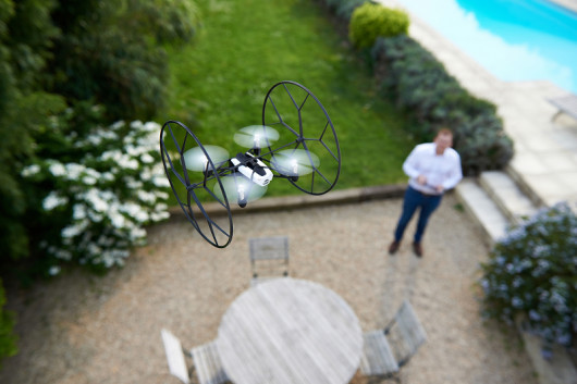 Parrot_Rolling_Spider_LIFESTYLE_Terrace