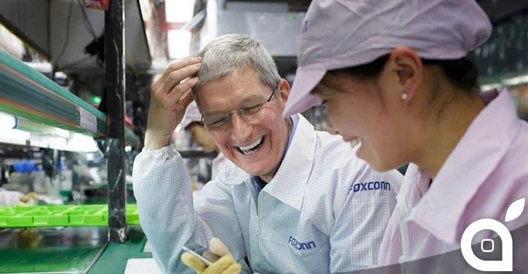Tim Cook visita lo stabilimento Foxconn durante il suo viaggio in Cina