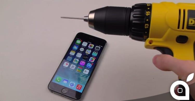 iPhone 6 trapanato e poi stirato con un ferro da stiro [Video]