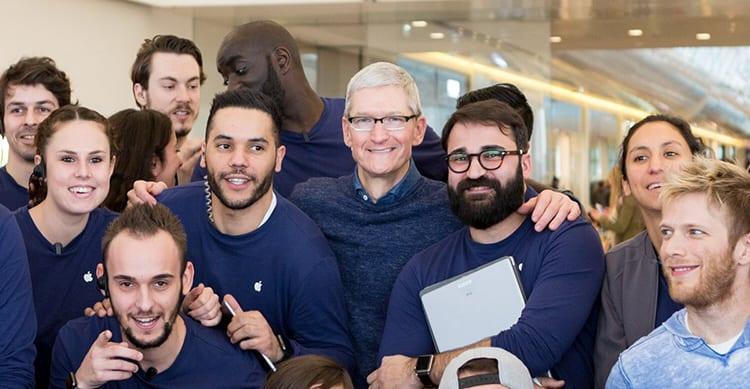 Tim Cook in visita a sorpresa presso un Apple Store di Marsiglia