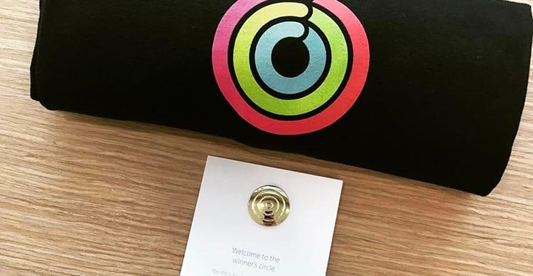 """Termina la competizione """"Chiudi gli anelli"""": Apple inizia ad inviare i premi tra t-shirt e spillette"""