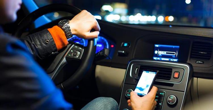 In Italia, a chi usa il cellulare alla guida verrà sospesa la patente, fino a 3 mesi!