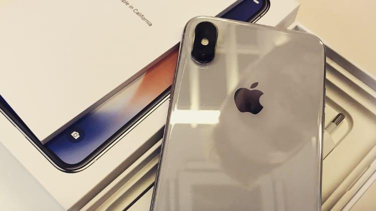 I primi iPhone X sono stati spediti agli utenti e ai negozi operatore