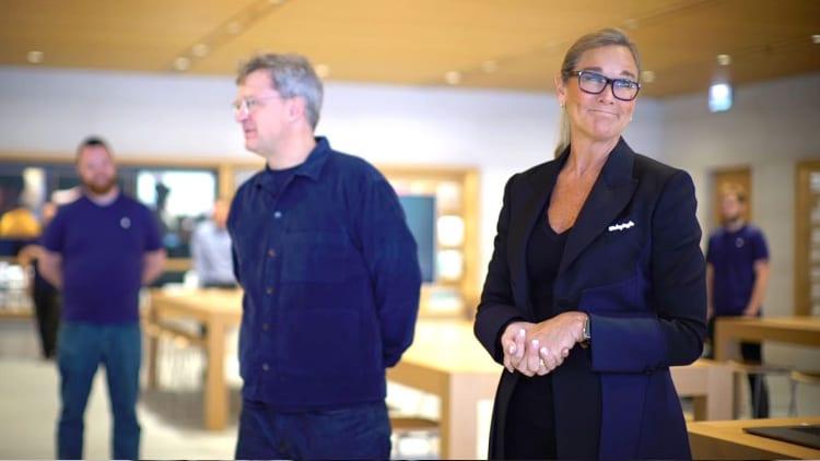 Angela Ahrendts ricorda i primi giorni in Apple e racconta di Jony Ive che le chiese di non toccare i tavoli