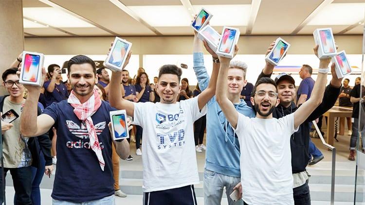 Apple celebra il lancio di iPhone X con una serie di foto dei clienti che hanno acquistato il dispositivo