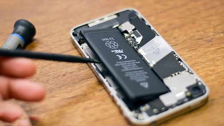 Apple rallenta gli iPhone per evitare di sostituire le batterie difettose: è questa la nuova accusa