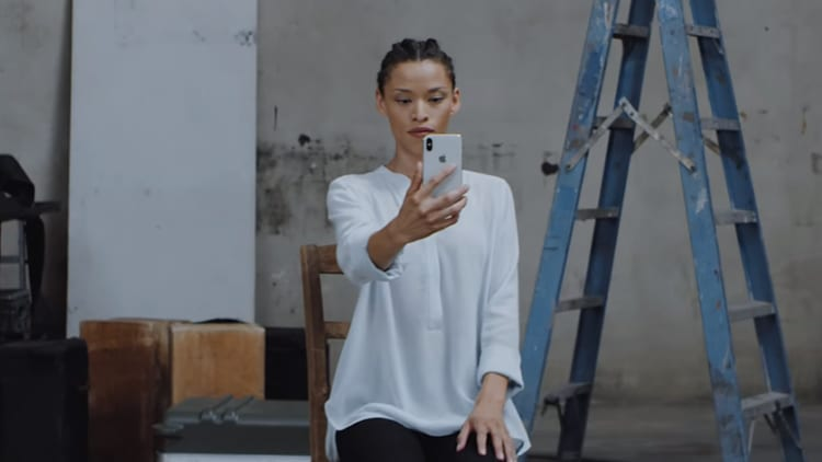 Un nuovo spot Apple spiega come è stata creata la modalità Portrait Lighting di iPhone X [Video]