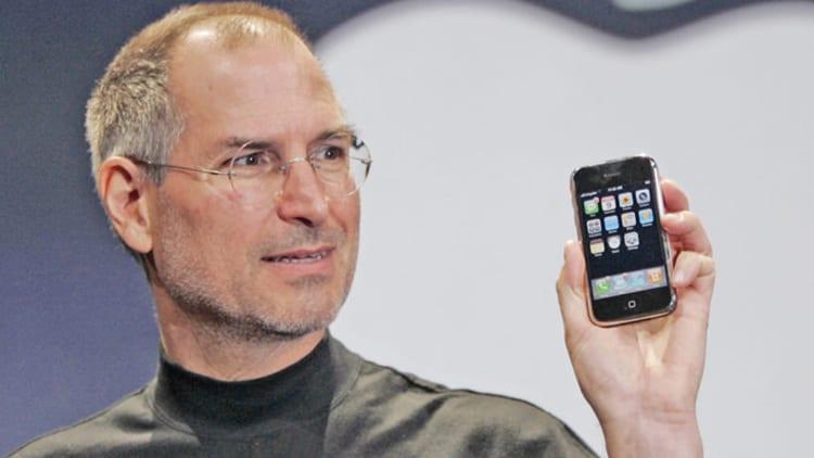 Tre oggetti firmati da Steve Jobs sono stati venduti all'asta superando di molto i prezzi base