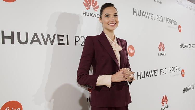 L'attrice di Wonder Woman, Gal Gadot, pubblicizza Huawei twittando da iPhone