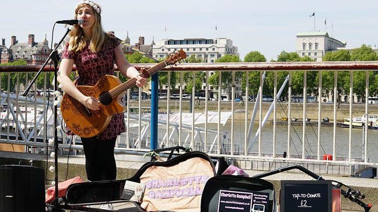 Londra: al via le donazioni agli artisti di strada anche con Apple Pay