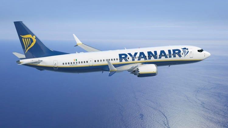 Smartphone prende fuoco su aereo Ryanair diretto ad Ibiza: passeggeri evacuati [Video]